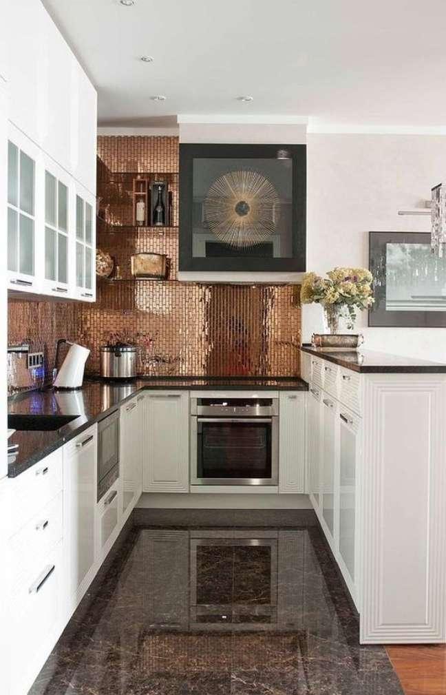 27. Cozinha branca com pastilhas adesivas bronze – Foto Habitissimo