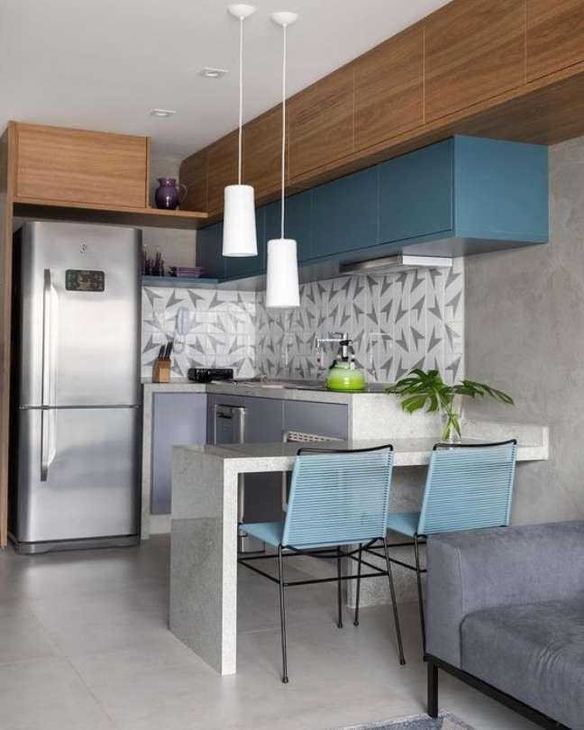 17. Porcelanato para cozinha moderna com bancada de granito e decoração em tons de azul – Foto Decor Salteado