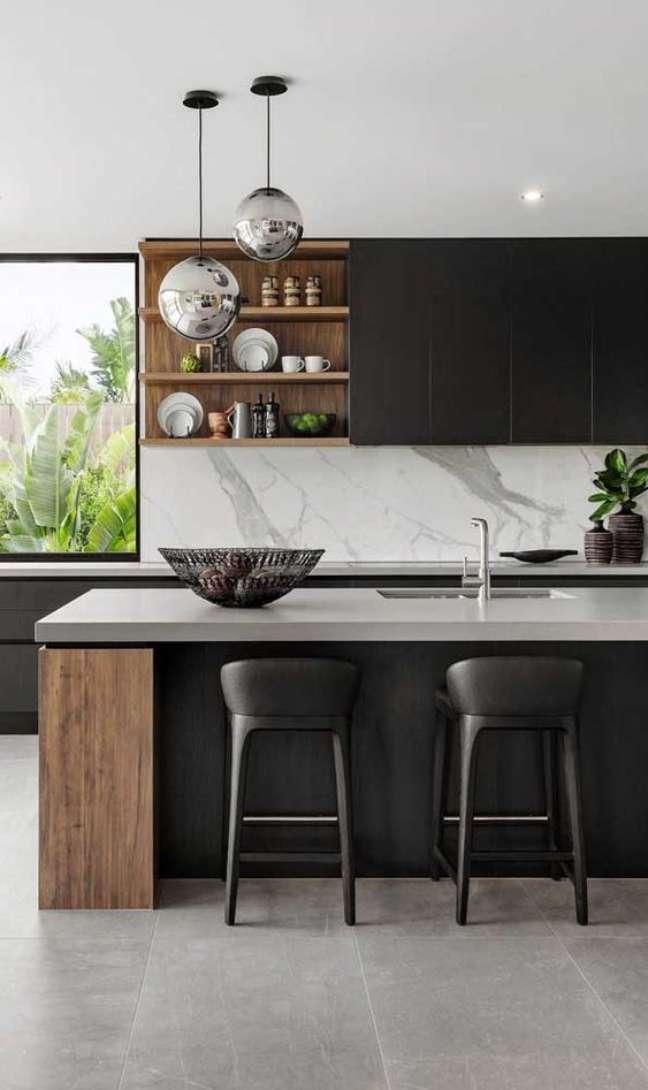 49. Granito cinza absoluto com porcelanato para cozinha para cozinha em tons de cinza escuro – Foto Everingham Design