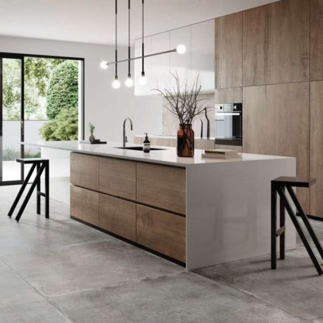 34. Cozinha com porcelanato cimento queimado e bancada de madeira e granito – Foto MVK