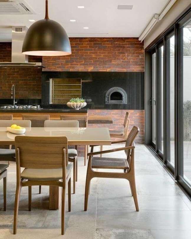 9. Porcelanato para cozinha com churrasqueira pequena e mesa de jantar de madeira grande – Foto FELLIPE LIMA