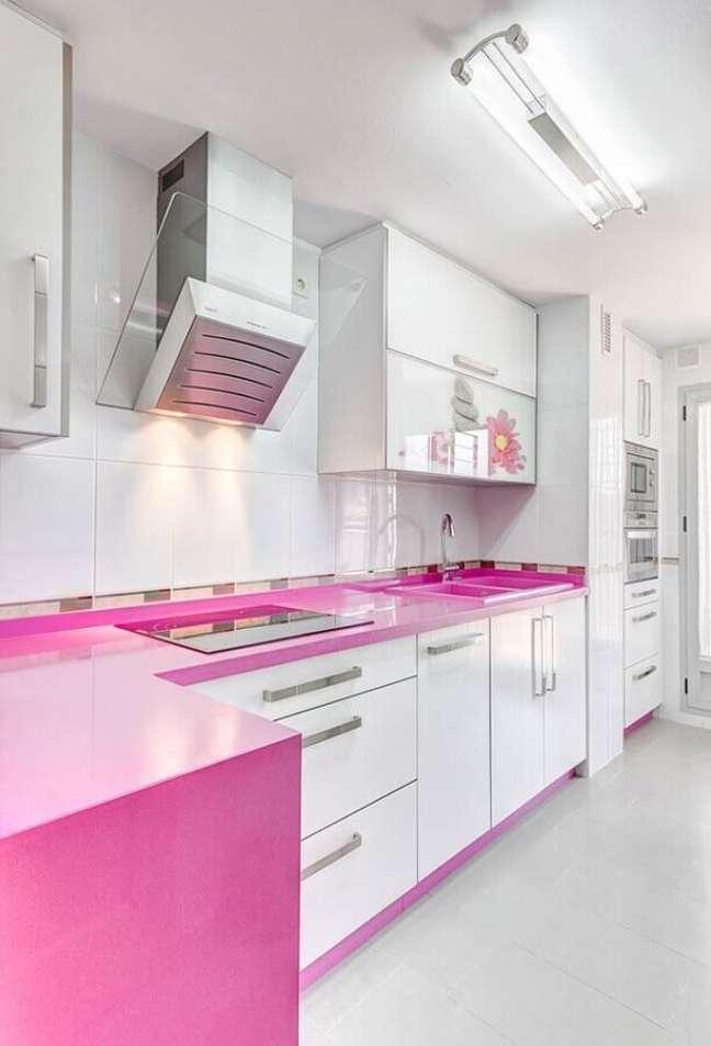63. Porcelanato para cozinha branca com bancada cor de rosa – Foto Archidea