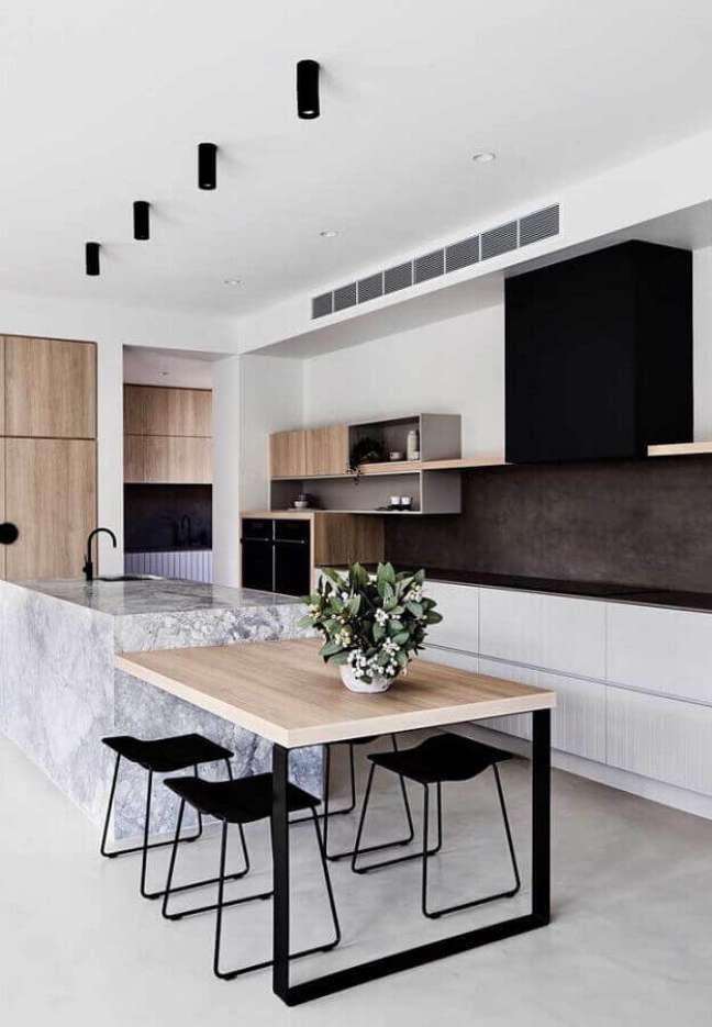 12. Porcelanato para cozinha clara com bancada de madeira e detalhes em ferro para destacar a decoração moderna – Foto Archer Interiors. Foto James Geer