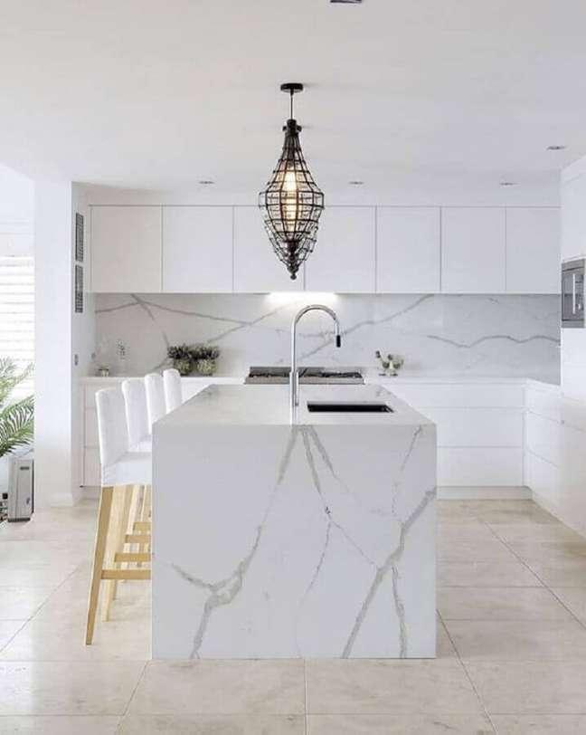 51. Pedra de mármore para bancada de cozinha com ilha com decoração sofisticada – Foto Vadara Quartz Surfaces