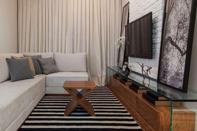 50. Decoração clean com cores para sala pequena com tapete preto e branco e sofá de canto – Foto: Sesso & Dalanezi Arquitetura+Design
