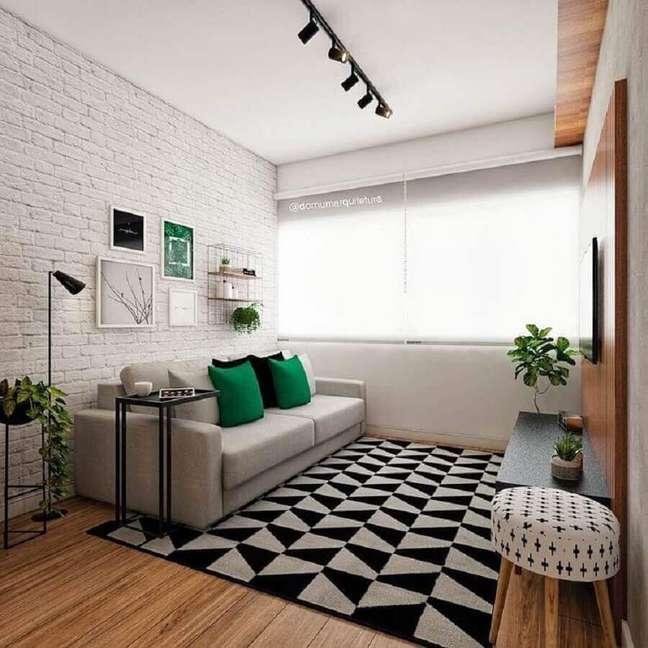 63. Paleta de cores para sala pequena decorada com tapete geométrico e parede de tijolinho branco – Foto: Domum Arquitetura