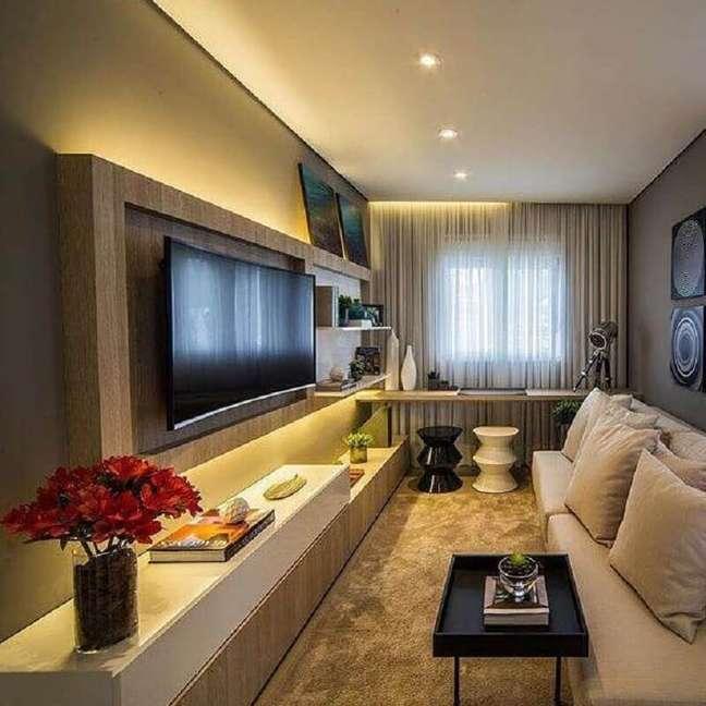2. Cores para sala de estar pequena moderna decorada com painel de madeira com iluminação de LED – Foto: Home Fashion Trend