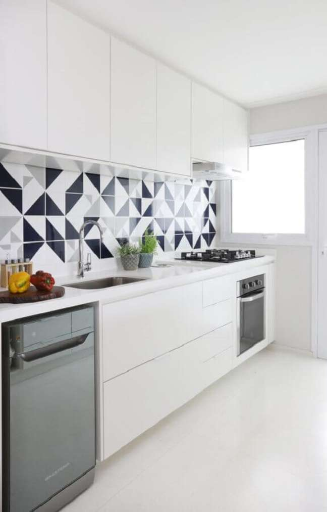 43. Decoração clean com revestimento geométrico preto e branco e armários brancos – Foto Arquiteto em Casa