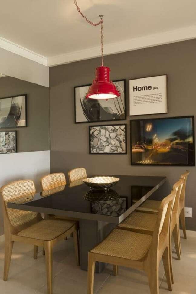 8. Cores para pintar sala pequena e moderna decorada com luminária vermelha e quadros para parede cinza – Foto: Juliana Pippi
