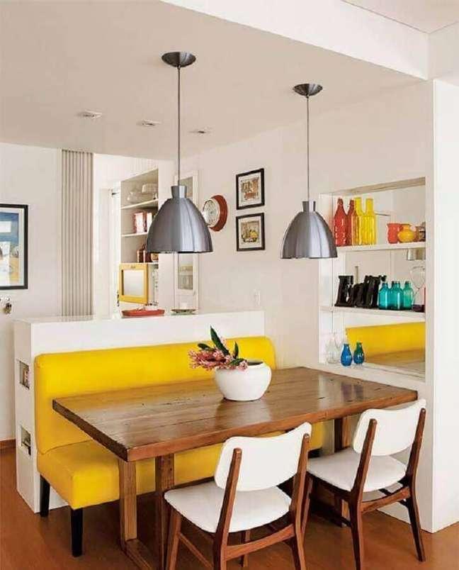 53. Cores para sala de jantar pequena e simples decorada com banco amarelo para mesa de madeira – Foto: Impiana