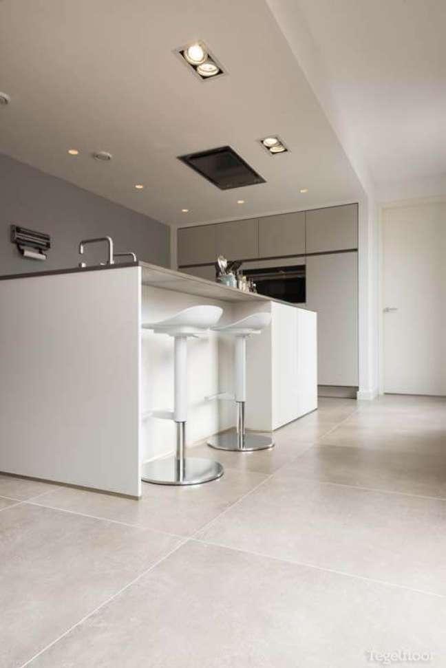 23. Bancada de porcelanato para cozinha moderna com piso porcelanato cinza claro – Foto Tegelfloor