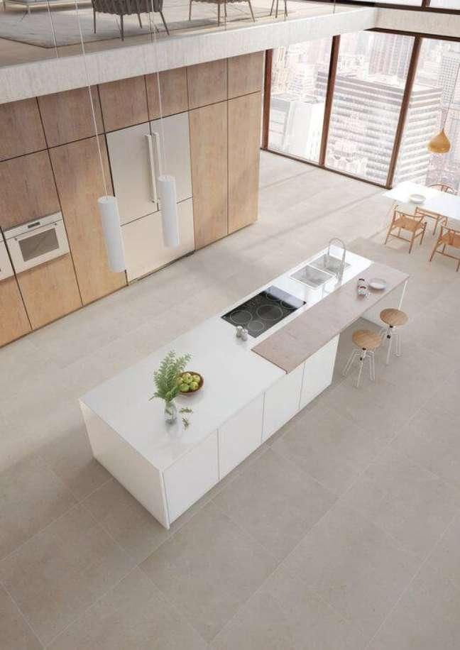 26. Cozinha ampla com piso de porcelanato amadeirado claro – Foto Portobello