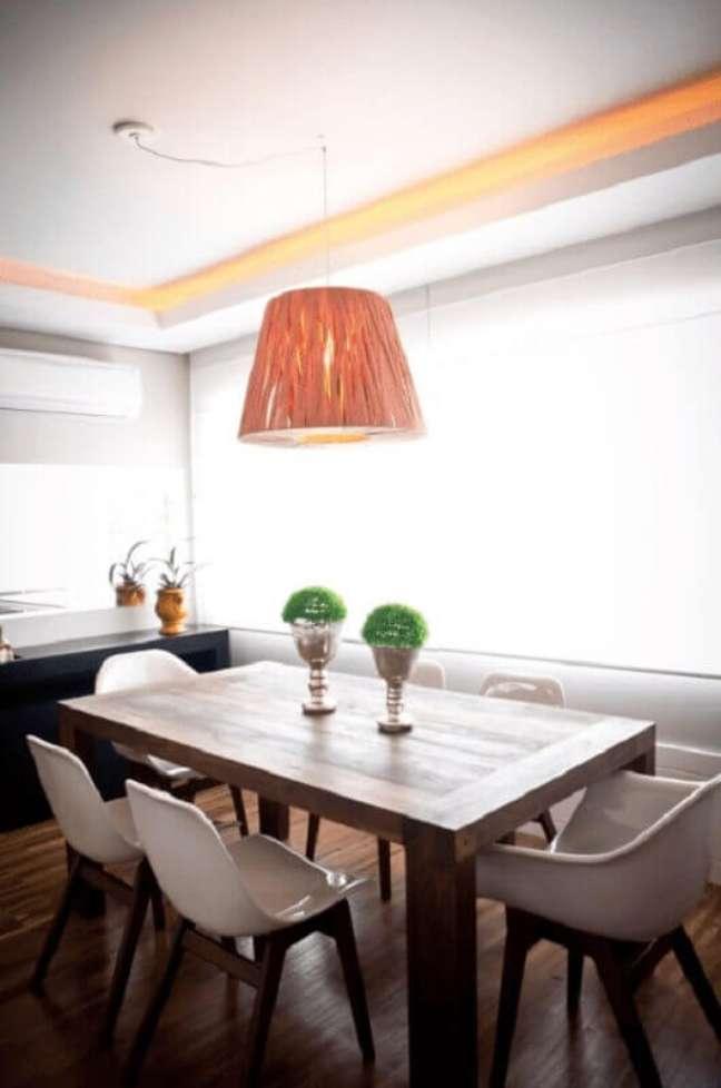 29. Cores para sala de jantar pequena e simples decorada com luminária pendente redondo – Foto: Joana & Manoela Arquitetura