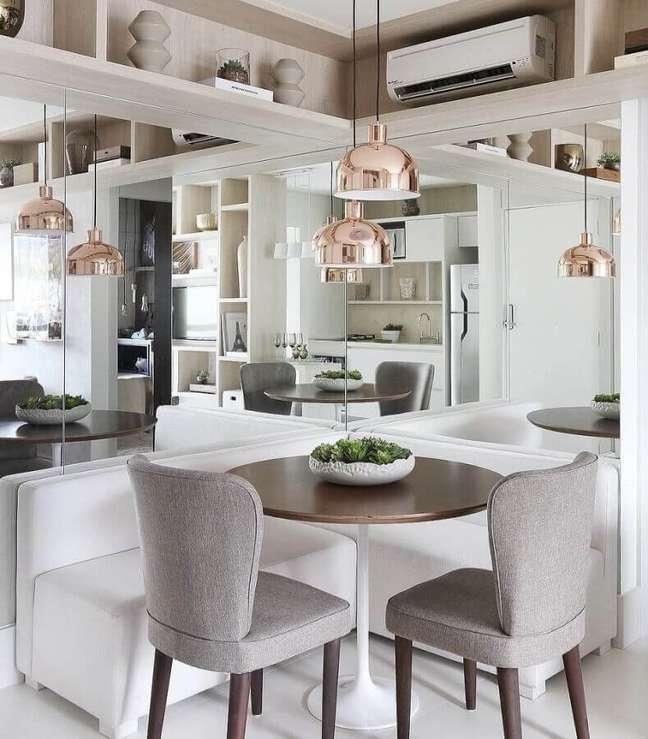 24. Cores para sala de jantar pequena decorada com parede espelhada e canto alemão – Foto: Debora Aguiar Arquiteta