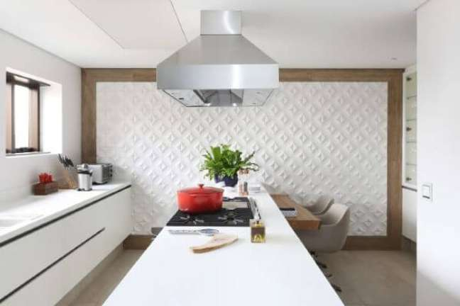 39. Cozinha moderna com porcelanato cinza e bancada branca para refeições rápidas – Foto Patricia Bergantin
