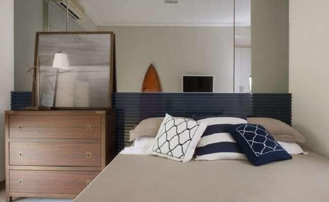 34. Cômoda de madeira para quarto de casal decorado com parede espelhada e cabeceira planejada – Foto: Maurício Karam