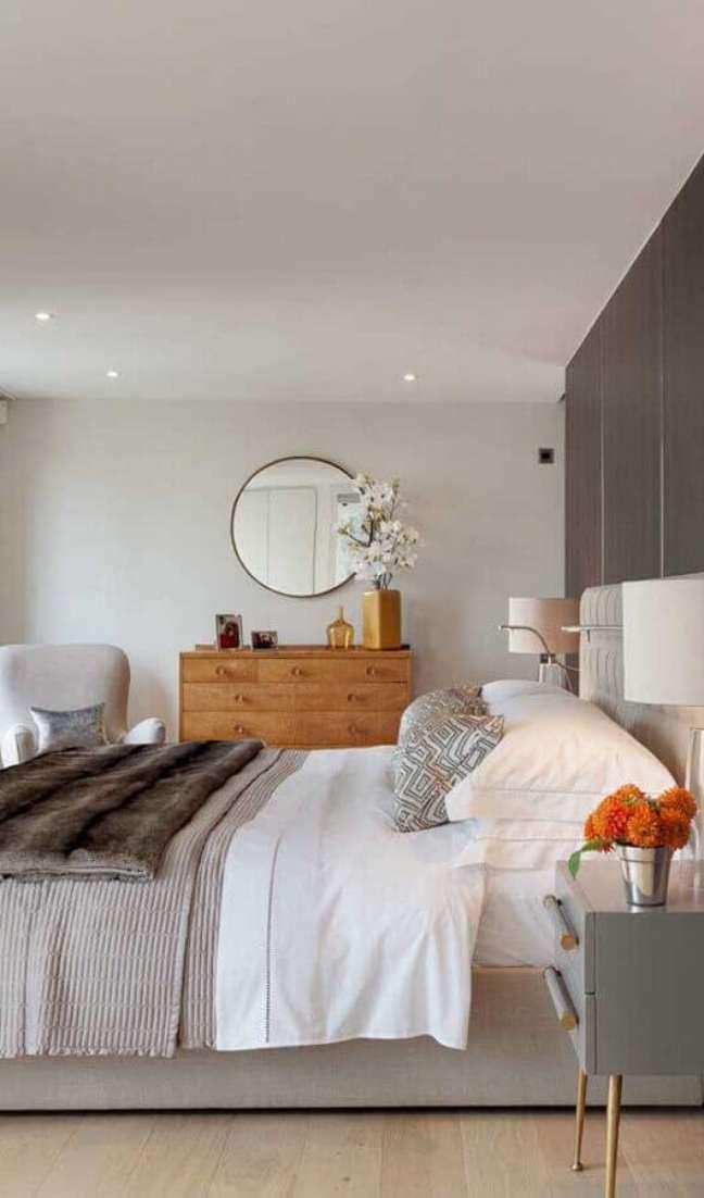 29. Cômoda de madeira para quarto casal grande decorado em cores claras – Foto: Adore Home Magazine