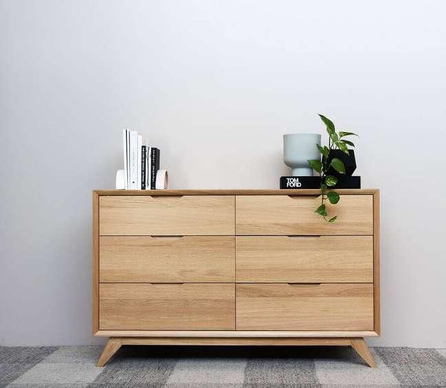 4. Decoração minimalista para quarto com cômoda de madeira baixa – Foto: Unsplash