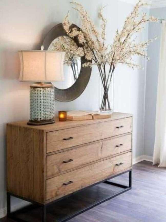 49. Decoração de quarto com espelho redondo e cômoda de madeira estilo industrial – Foto: Magazine Feminina
