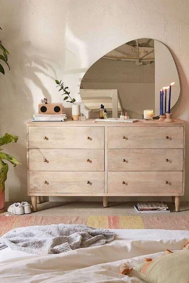 56. Decoração simples para quarto com cômoda de madeira clara e espelho diferente – Foto: Archidea