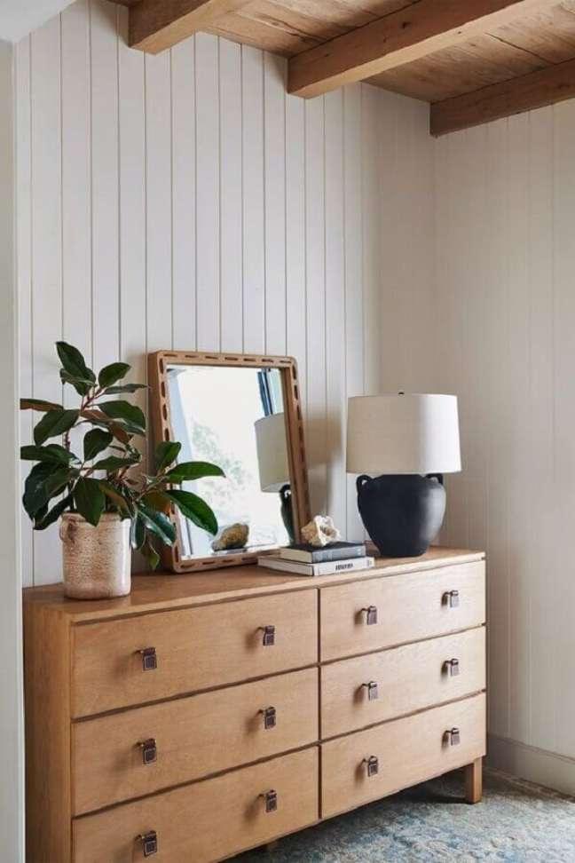 15. Abajur preto e branco para decoração de quarto com cômoda de madeira – Foto: Anthropologie