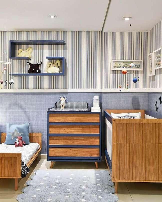 30. Cômoda de madeira para quarto de bebê azul e branco decorado com papel de parede listrado – Foto: Berta Gonçalves
