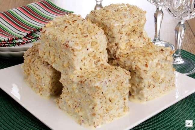 Guia da Cozinha - Bolo gelado de nozes com calda cremosa