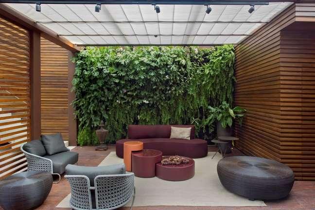 32. Sala de estar decorada com parede verde de plantas – Foto MCA Estudio