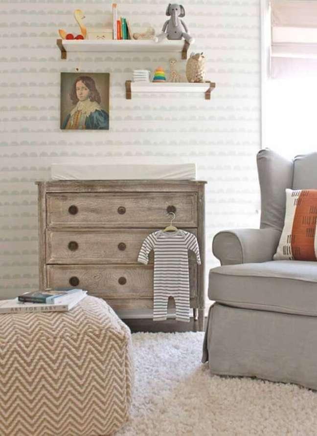 61. Quarto de bebê decorado com papel de parede delicado e cômoda de madeira rústica – Foto: Happy Modern