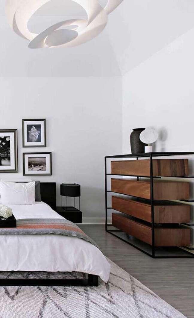 13. Quarto de casal decorado com cômoda de madeira e ferro moderna – Foto: Decor Fácil