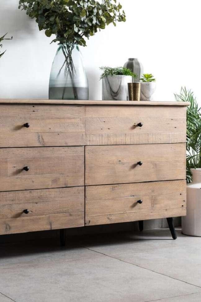55. Decoração simples com cômoda de madeira antiga com pés palito – Foto: Pier Import