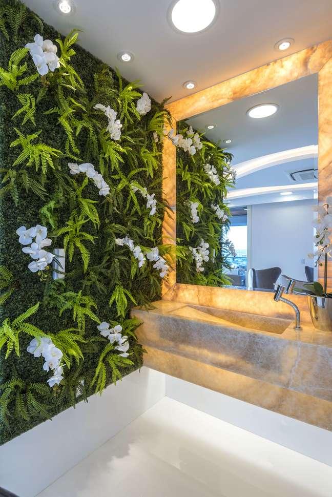 7. Lavabo decorado com parede de orquídeas – Foto Iara Kilaris