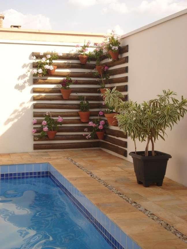 46. Area do jardim com parede de tacos e vasos de orquideas – Foto Olga Ferrarin
