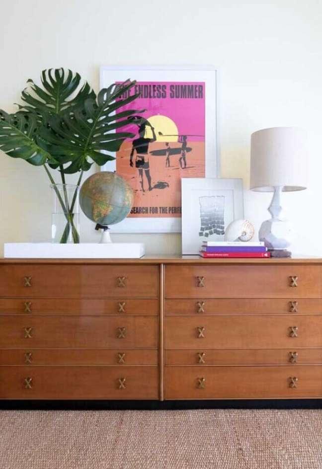 45. Decoração de cômoda de madeira com abajur branco e vaso de vidro – Foto: Decor Fácil