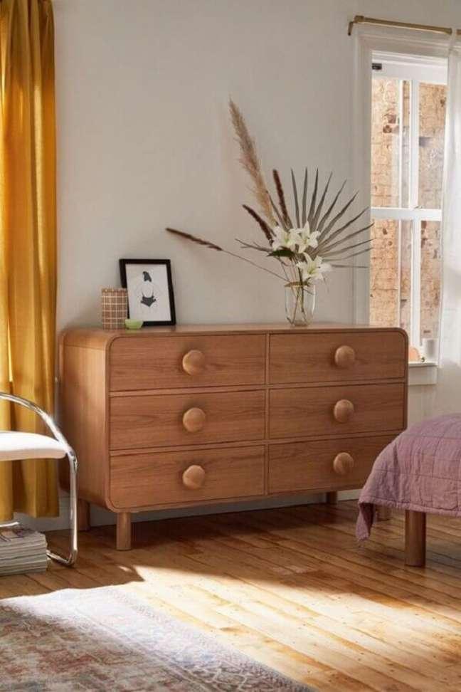 48. Decoração de quarto com cômoda de madeira retrô – Foto: Urban Outfitters