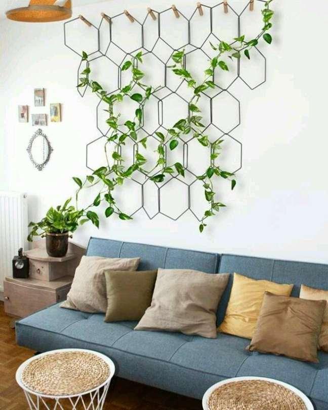 6. Sala de estar decorada com plantas aéreas do tipo trepadeira – Foto Patrícia Bertonlino