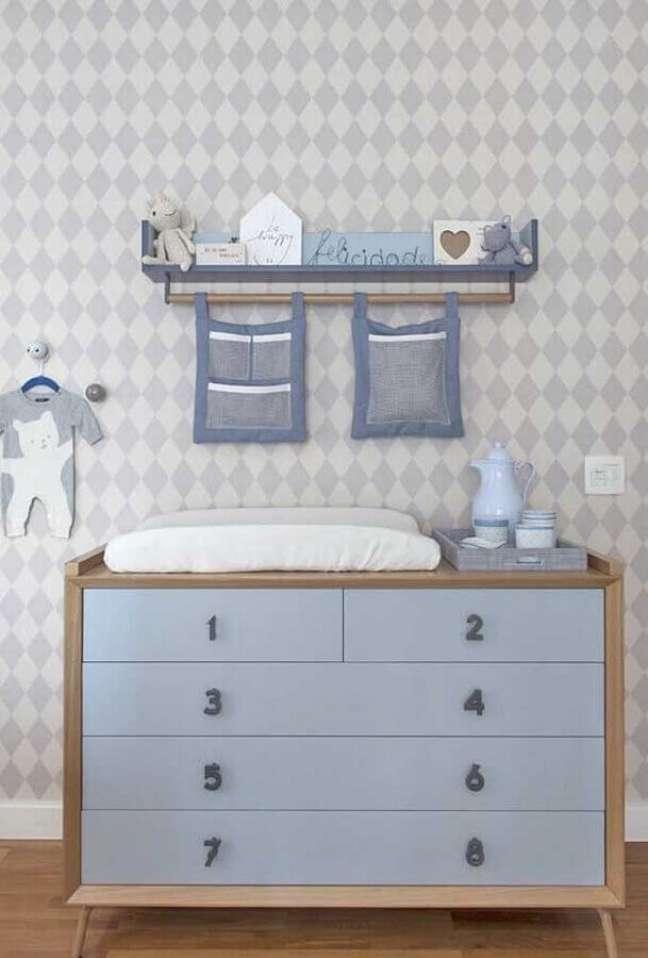 9. Decoração de quarto de bebê masculino com cômoda de madeira com puxadores em formato de número – Foto: Triplex Arquitetura