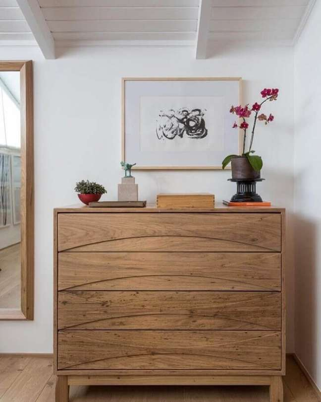3. Quarto branco decorado com espelho de parede e cômoda de madeira maciça – Foto: Mariana Linhares Interiores