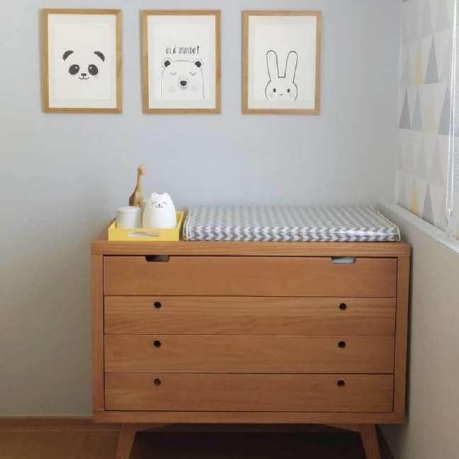 39. Cômoda de madeira retrô para decoração de quarto de bebê cinza – Foto: Danielle Stuart