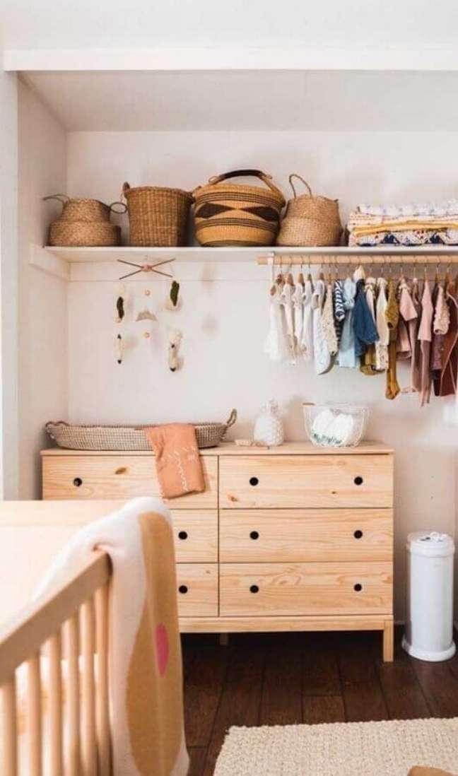 63. Quarto de bebê simples decorado com cômoda de madeira clara – Foto: Decor Fácil