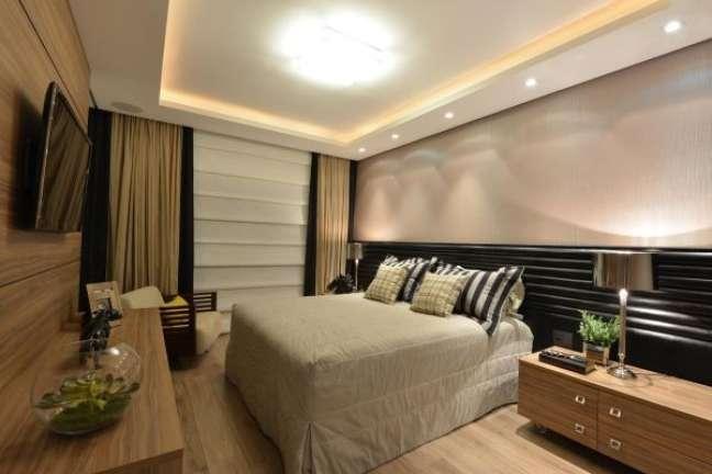 2. Como escolher colchão: Decoração de quarto de casal com cabeceira preta e roupa de cama bege – Foto Annae Anderson