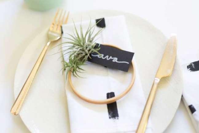 21. Plantas aéreas na decoração da mesa de jantar moderna e delicada – Foto Lovely Indeed