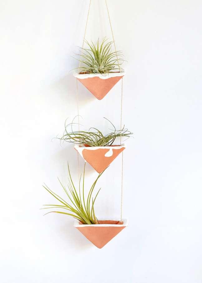 48. Decoração criativa com air plantas no vaso de cerâmica – Foto Squirrelly Minds