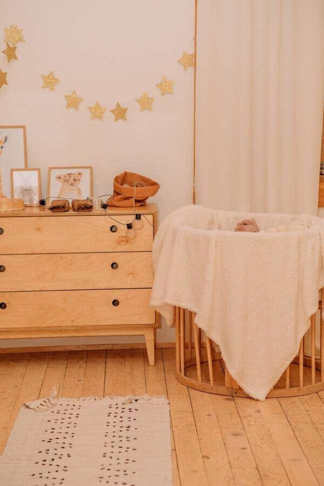 52. Decoração em cores neutras para quarto de bebê com cômoda de madeira retrô – Foto: Unsplash