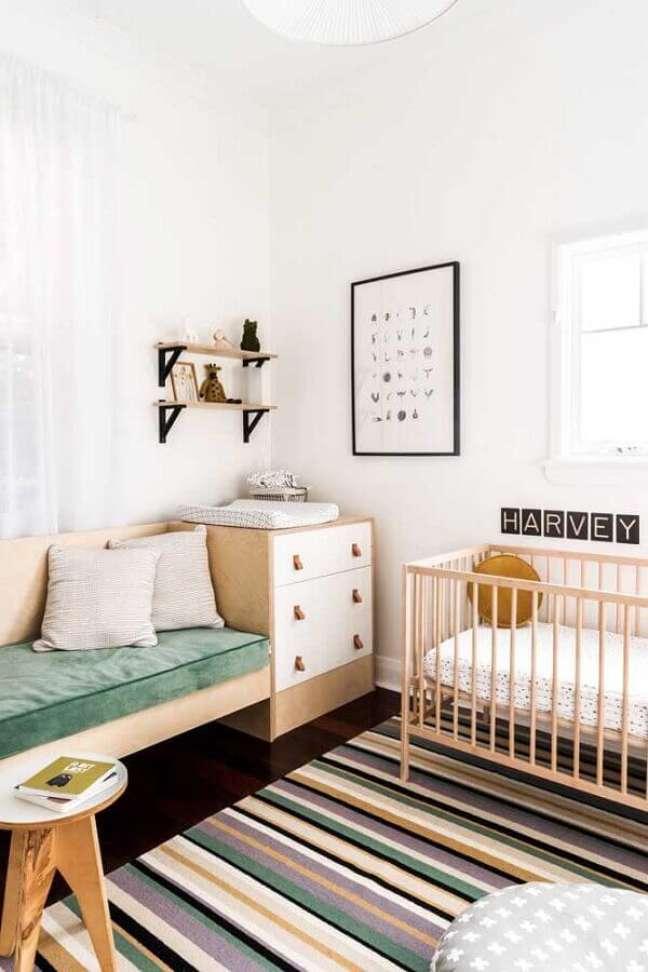 33. Cômoda de madeira para quarto de bebê simples decorado com tapete listrado – Foto: Nursery Design