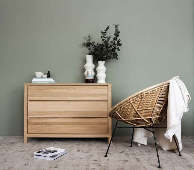 59. Quarto cinza decorado com poltrona rústica e cômoda de madeira – Foto: Unsplash