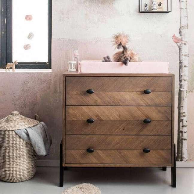 16. Cômoda antiga de madeira com trocador para decoração de quarto de bebê simples – Foto: Babypark