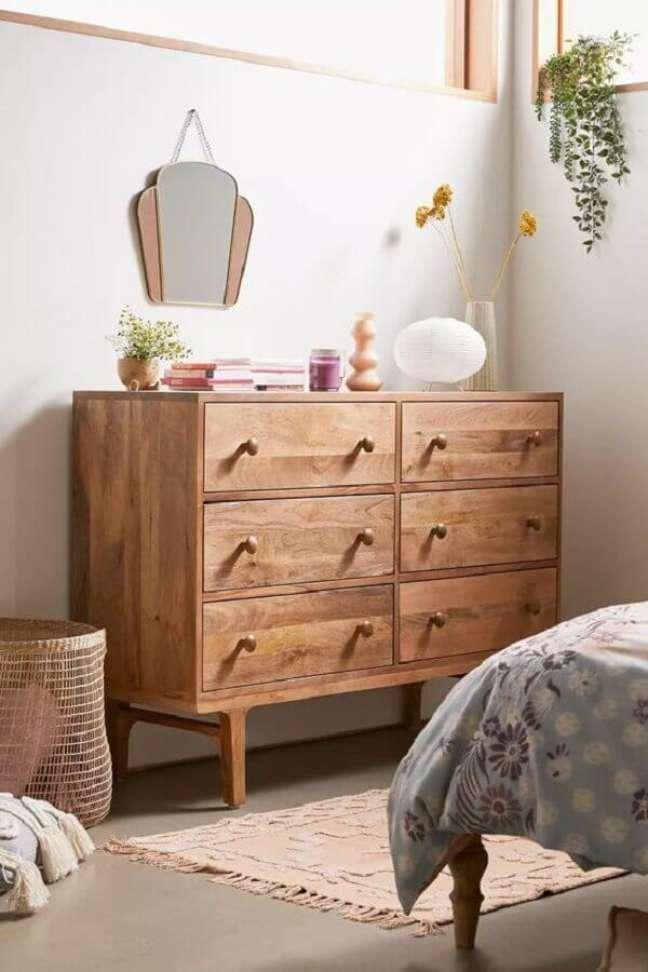 24. Cômoda de madeira antiga para decoração de quarto simples – Foto: Urban Outfitters