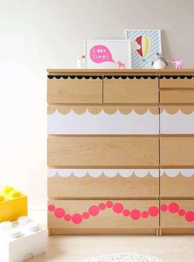 54. Decoração para quarto infantil com cômoda de madeira personalizada – Foto: Diez Minutos