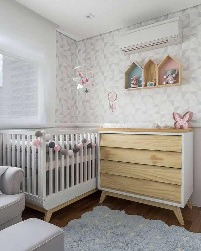31. Cômoda de madeira para quarto de bebê cinza claro decorado com papel de parede geométrico – Foto: UEBAA Design